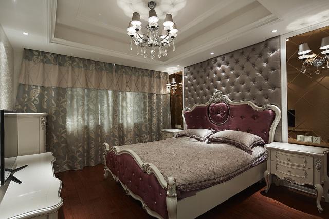 窗帘采用浅色图案,符合主卧的整体搭配。