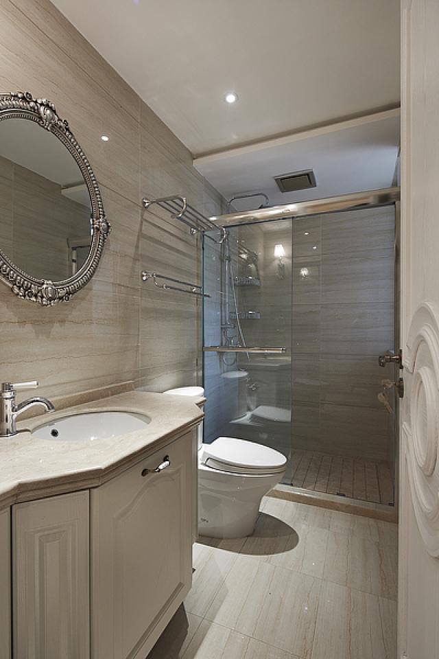 卫生间墙地面都使用了光滑地砖,比较明亮,整体空间显得开阔。