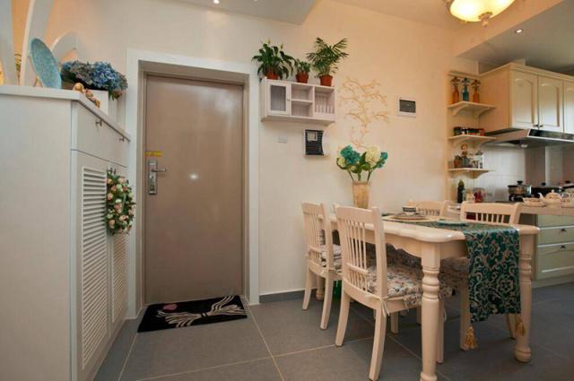 进门处直接是餐厅,鞋柜隔断了客厅和其他空间。
