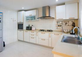 现代淡黄厨房设计