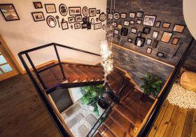 混搭楼梯照片墙俯拍