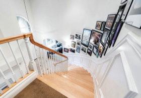 美式旋转楼梯照片墙设计