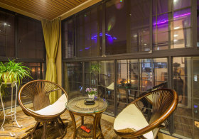 中式玻璃阳台晚景