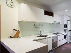 现代白色橱柜厨房实景