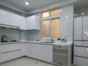 现代银白厨房橱柜实景