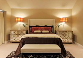 对称简约卧室设计美图