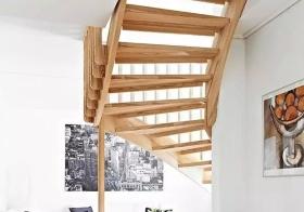 日式温馨木质楼梯图片