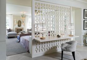客厅白色木框隔断设计