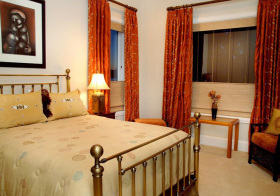 卧室枣红色窗帘美图欣赏