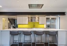 跳色现代厨房吧台设计