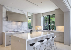 纯白现代厨房吧台设计