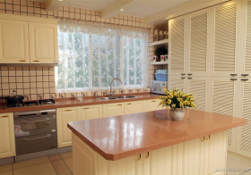 白色日式风格厨房吧台设计图片