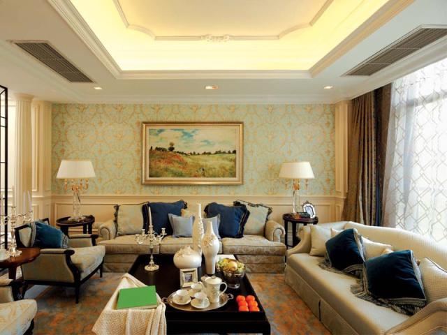 女主人精心挑选的壁画,使客厅更具田园风格。