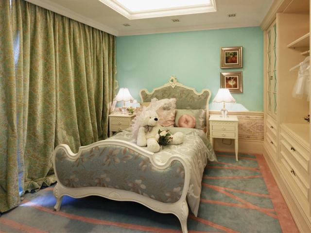 儿童房蓝色墙纸搭配开放式的衣柜,安静的氛围中不失活泼。