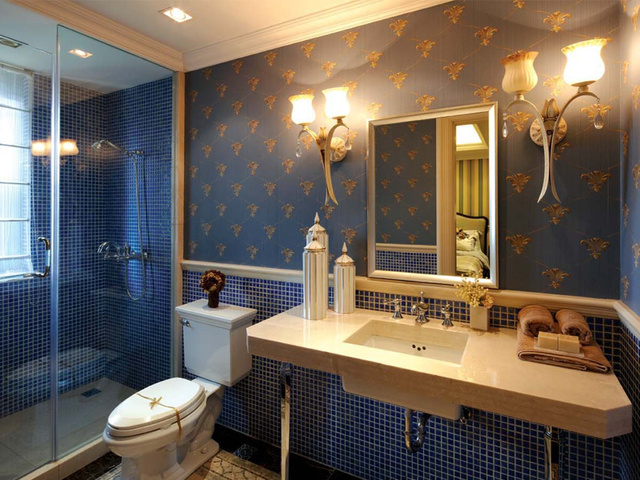蓝色背景墙面,复古花纹与马赛克相结合,造成视觉上的冲击。
