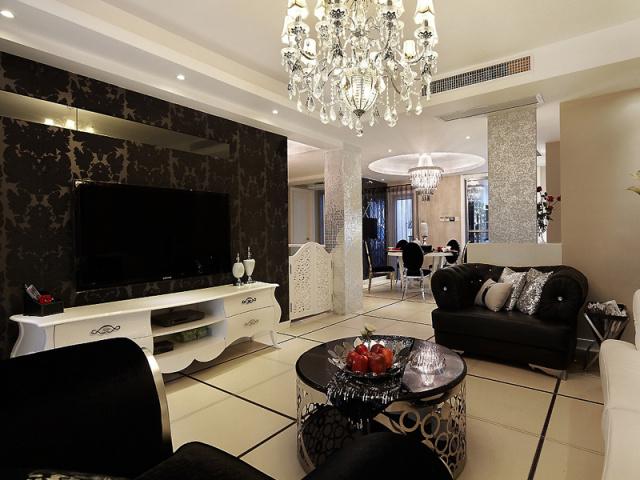 客厅前矗立的两根银色墙柱,在灯光下显得分外耀眼。