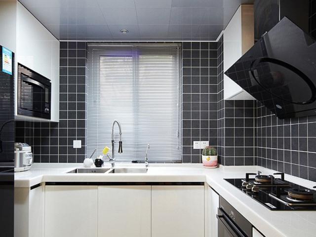 格子墙的背景与白色橱柜形成鲜明的色差对比。