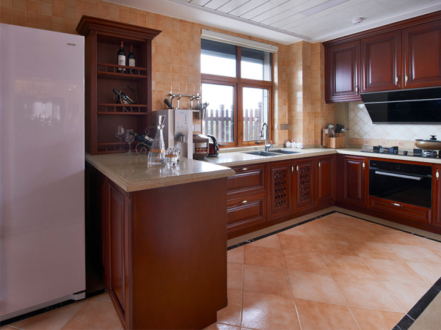 厨房空间足够大,一应俱全,女主人可以在这里得心应手地烧制美食给丈夫、双胞胎女儿。