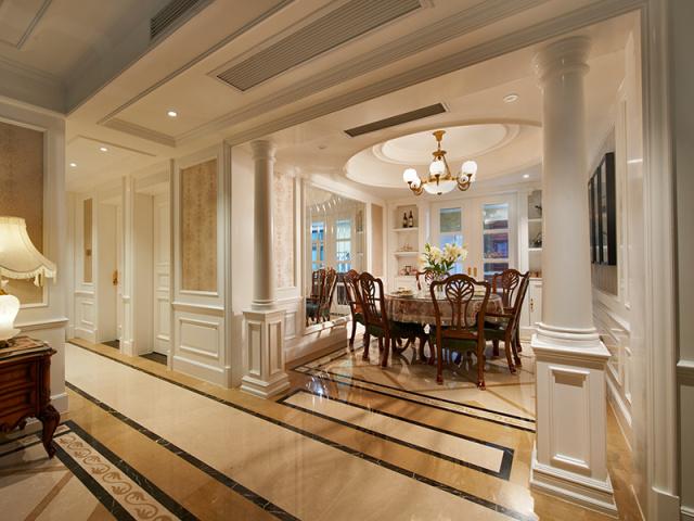 餐厅入口的柱子十分气派,像是两个卫兵,守护着一家人其乐融融的时光。