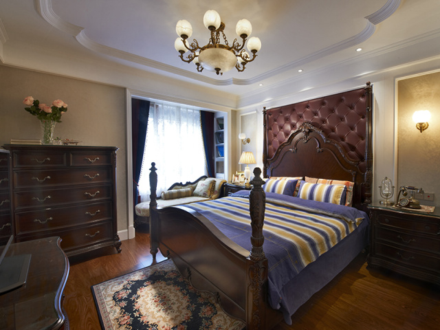 深色卧室、蓝色床品,都是有助眠效果哒~
