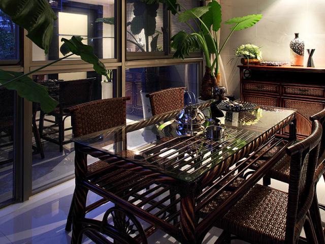 藤制餐桌椅有随和惬意之感,轻巧大方、朴素自然,餐桌面的透明玻璃也给人以视觉的清透感。