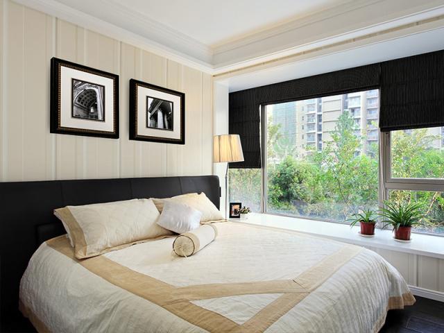 次卧创意地以米黄配磨砂黑,在色彩上多处呼应,时尚感极强。