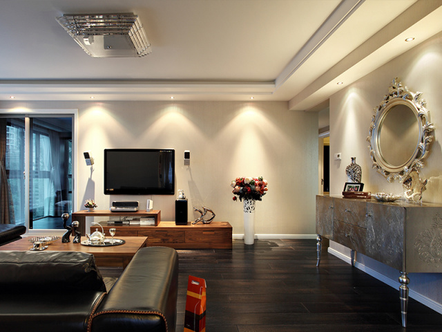 金属质感的奢美墙边柜为整个空间增添了亮眼元素。