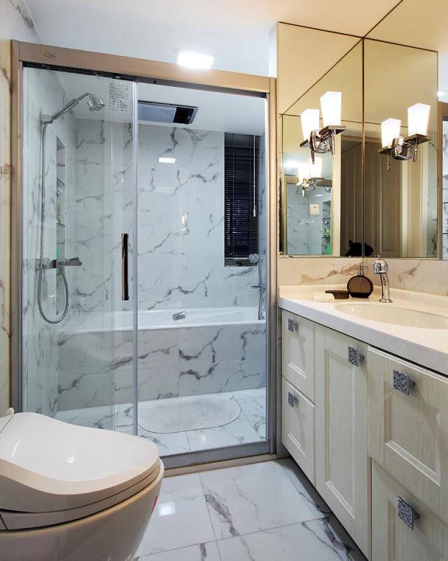 卫生间使用了仿大理石瓷砖,相比普通瓷砖 美观又更环保,相比大理石 优惠又更耐磨。