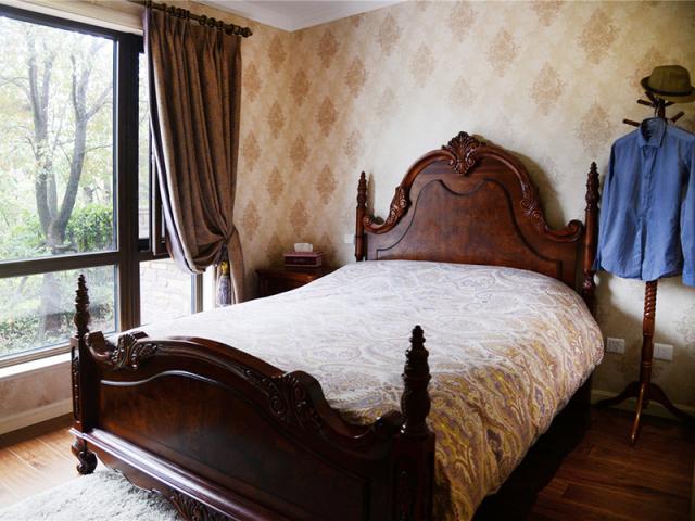 原木床架、深色调的卧室,在光线下显得柔和温馨。