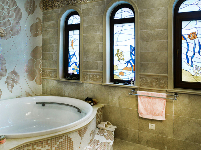 复古的彩色玻璃让浴室染上异国风情,舒服地泡个澡吧。