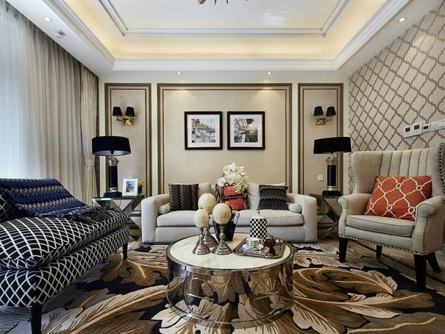 墙面分割成三块,黄金比例对称结构,三组款式各异的沙发按照房间中线摆放,风格不同却意外和谐。