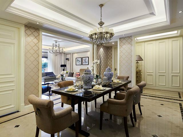 餐桌摆放在空间的正中间,既不会因靠边而留白,又不会阻碍过往走道。