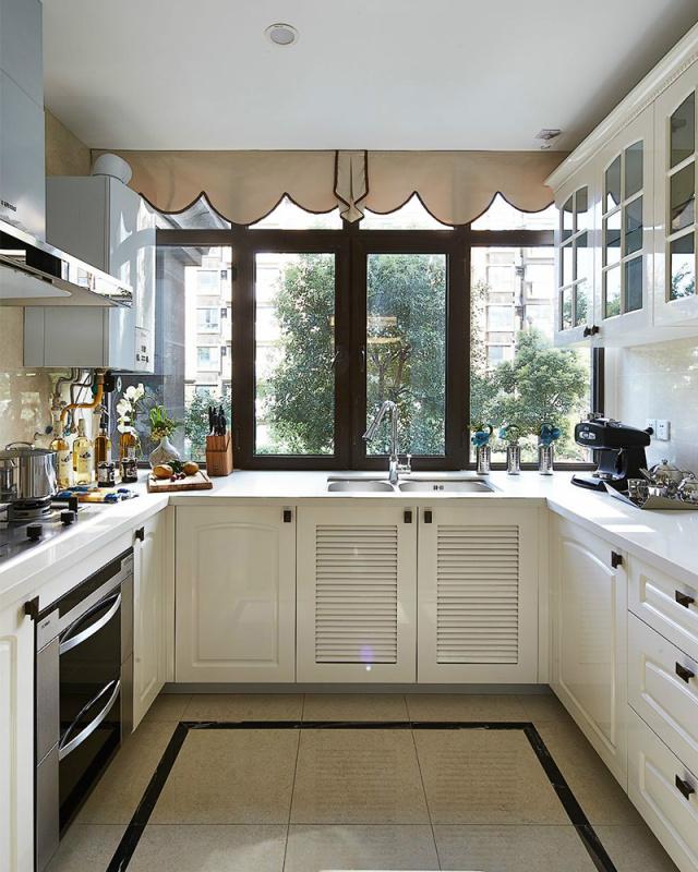 宽敞的窗户保证了厨房充足的光线,也带来清爽的微风,做饭也变得充满小情趣。