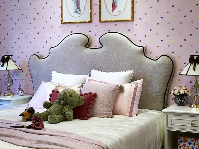 粉红有活力的壁纸和复古的床头搭配得宜,瞬间回到贵族小公主的房间。