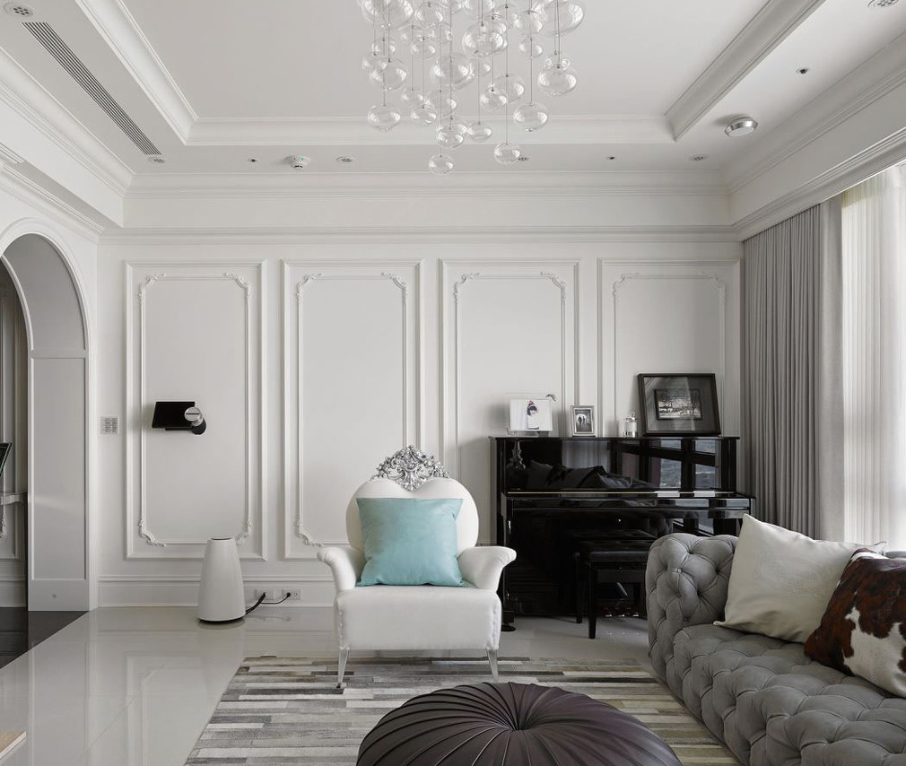我自是欧式  房屋信息 户型:三室两厅  欧式家装很少采用落地窗的形式,大部分都是用严谨的墙体实现欧式的精致。用现代改良的欧式沙发搭配上木纹地毯。小华丽加上小精致,空间的利用率十足。 完工实景 全屋实景  欧式的纹理依旧被运用在墙面以及吊顶。整体白色的家装表现出了居室的干净。