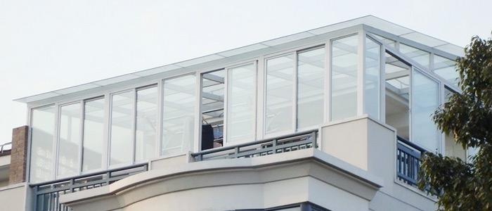 外观无框阳台窗在视觉不受外框的阻隔,开阔、通透;有框阳台窗外观相对笨重,略逊一筹。